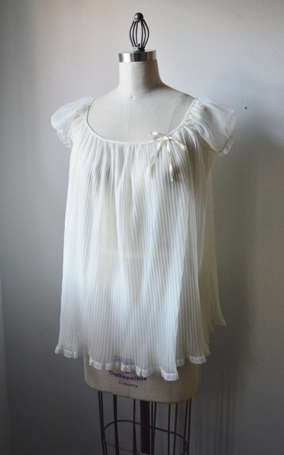 Hochzeit - Vintage Lingerie 1950s Babydoll NightGown Miss Elaine Lingerie White Sheer Nighty Pleated BabyDoll with Puff Sleeve Lace Trim Size Small