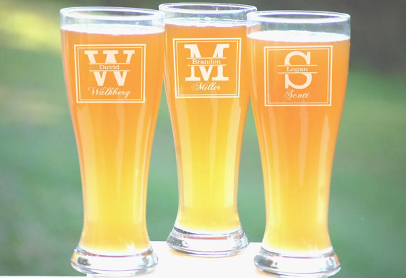 Свадьба - Groomsmen Gift, 12 Personalized Beer Glasses, Custom Engraved Pilsner Glass, Wedding Party Gifts, Gifts for Groomsmen, 16oz Glasses