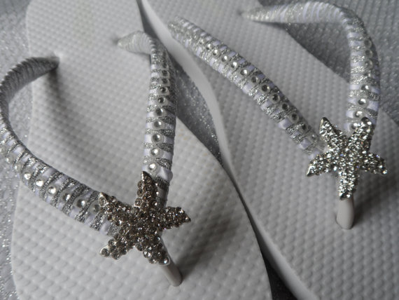 Свадьба - Bridal White Flip Flops / Starfish Rinestone wedding Flip Flops / Bridal Sandals / bridesmaids Shoes ..