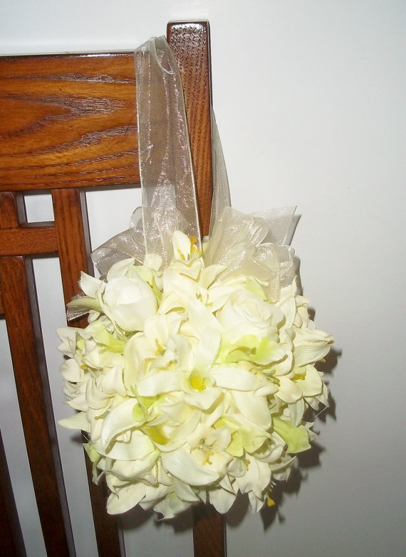Mariage - Orchid and Rose Bud Kissing Ball, Pew Kissing Balls, Flowergirl Bouquet, Ivory Kissing Balls, Wedding Decorations