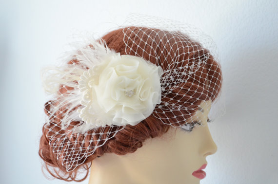 Hochzeit - READY TO SHIP, Bridal Ivory Veil set, Fascinator and Veil,1920s, Ivory feathers, Birdcage veil,Ivory mini birdcage veil, lace, bridal flower