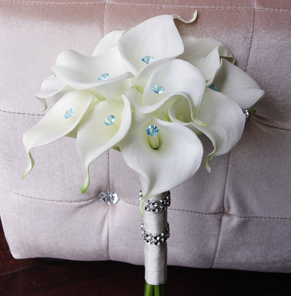 Свадьба - Silk Wedding Bouquet with Calla Lilies - Off White Natural Touch Callas and Crystals Silk Bridal Flowers