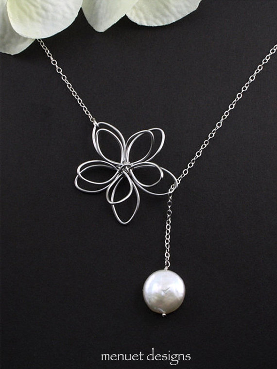 Mariage - Flower and Pearl Lariat. Silver Lariat Necklace, White Coin Pearl, Hand Wired Flower Charm, Bridal Jewelry, Wedding Necklace