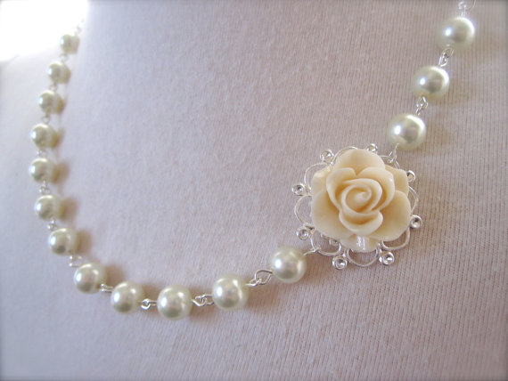 زفاف - Ivory Flower Necklace - Bridesmaid Jewelry Gift - ivory Pearls Necklace Asymmetrical Floral Jewelry  victorian Vintage style wedding Jewelry