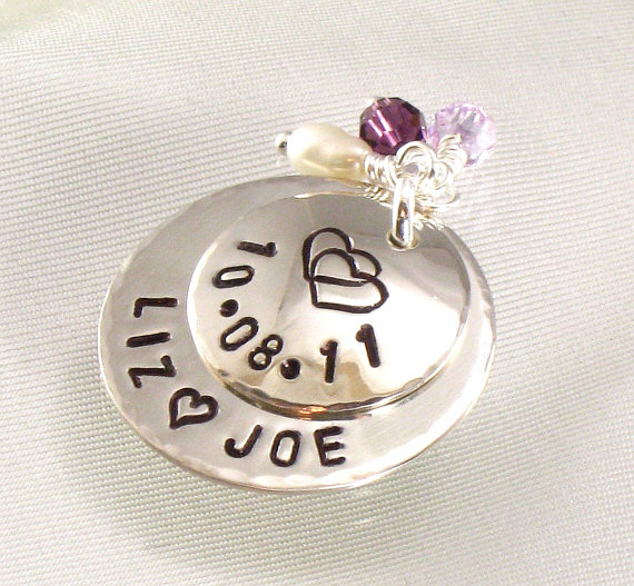 Mariage - Sterling Silver Bridal Bouquet Charm for Bride's Flower Bouquet - Hand Stamped with Double Hearts  - Wedding Date -  Bride and Groom Names