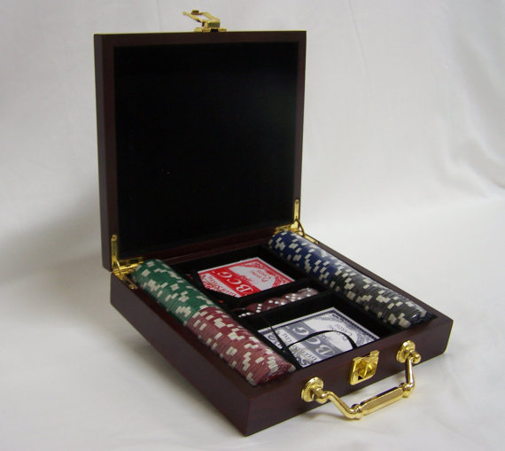 Свадьба - Personalized Poker Gift Set Perfect for that Special Someone or a Wedding Gift , Groomsmen and Bridesmaids