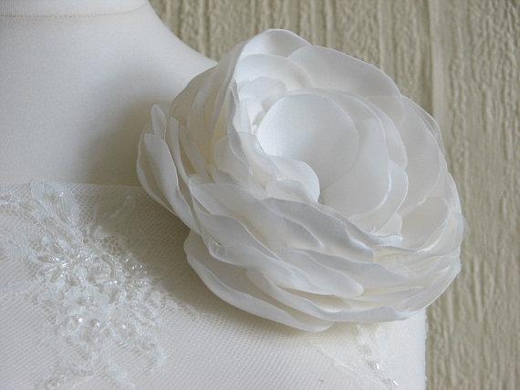 Mariage - Wedding flower Wedding dress flower Wedding flower pin Ivory bridal gowns Ivory lace Wedding flower Wedding sash Bridal sash Ivory sash