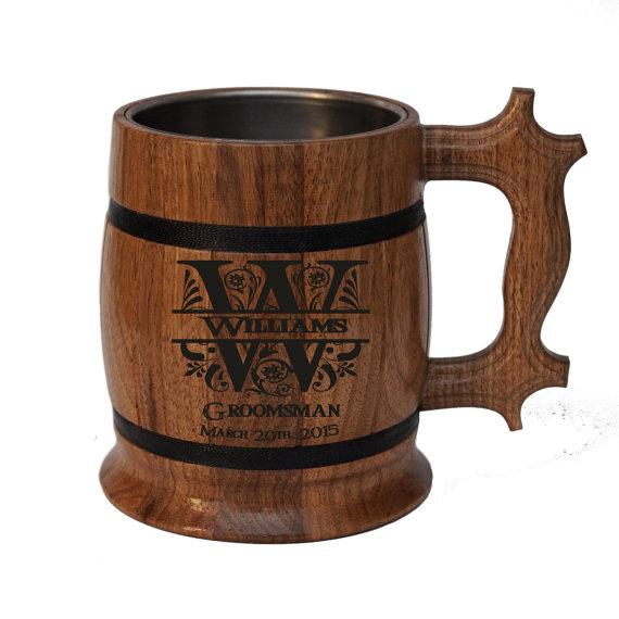 Свадьба - Personalized Wooden Beer mug 22oz-Natural wood walnut-Stainless steel inside-Groomsmen, Dad, Groom gift-Wedings-Birthday