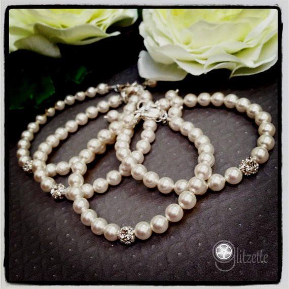 Hochzeit - Simple pearl bracelet, wedding jewelry, bridal bracelet, bridesmaid gift, mother of the bride gift, birthday gift, christmas gift