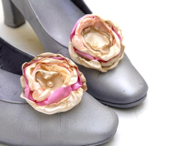 Hochzeit - Pink and Cream Shoe Clips Flowers  --- Bridel Flower Shoe Clips --- Flowergirl --- TAGT TEAM