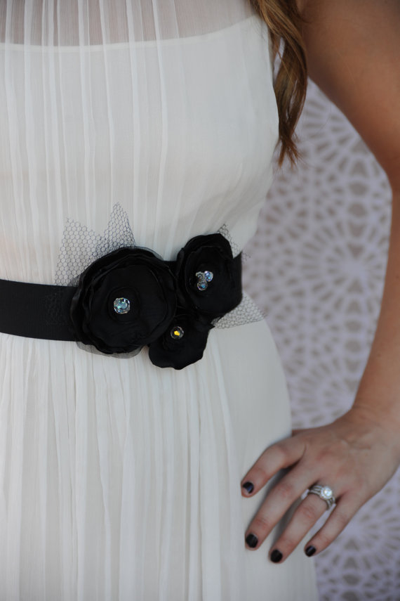 Свадьба - Wedding dress sash, bridal hair flower set - Black, vintage crystals, veiling