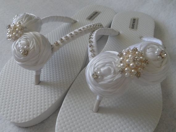 Свадьба - White Bridal Flip Flops / Bridal Rolled Flowers Satin Flip Flops / Bridal Sandals / Wedding Ivory Shoes / Bridesmaids Shoes