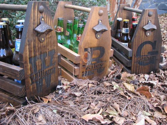 Свадьба - Laser Engraved Beer Tote, Six Pack Carrier with Rustic Bottle Opener, Beer Carrier, Beer Caddy, Best Man Gift, Groomsmen Gift