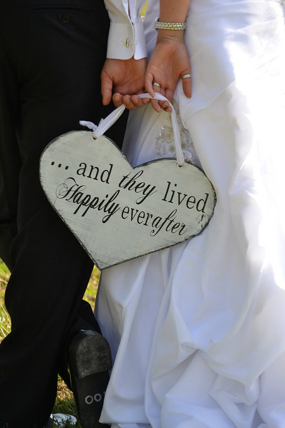 Mariage - Here Comes the Bride and/or ...and they lived Happily ever after. 11 1/2 X 14 1/2 inch,  Wooden Heart Wedding Sign, Photo Prop, Reception.