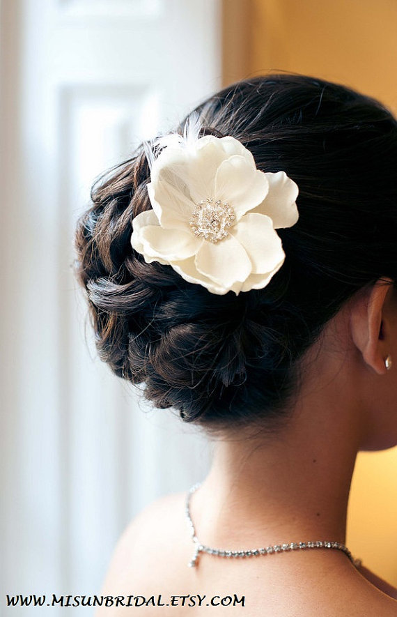 Свадьба - Petite Ivory Flower with rhinestone and feathers / ivory hair flower / ivory flower hair clip / ivory bridal flower