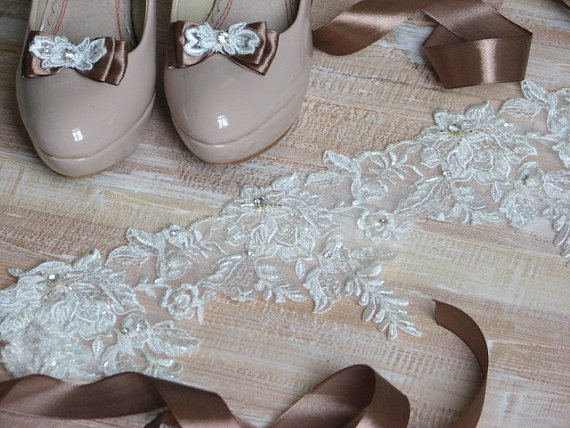 Mariage - Set of sash and shoe clips Ivory lace sash Brown shoe clips Brown sash Bridesmaids sash Brown ribbon sash Ivory dress Brown sash shoe clips
