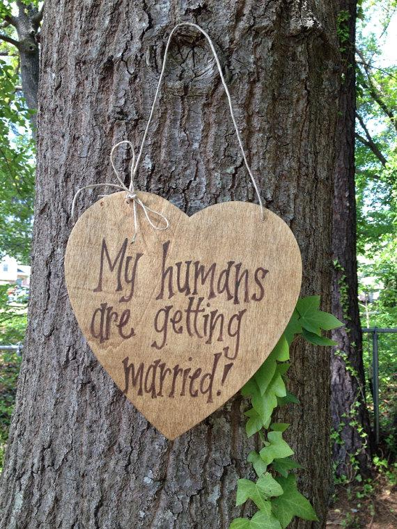 زفاف - My Humans Are Getting Married Heart Sign for Dog or Pet with Twine or Ribbon Bow -  Personalize it!