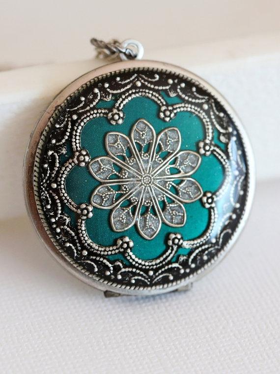 Mariage - Locket, Jewelry,Necklace,Pendant,Silver Locket, Green Locket,filigree locket,photo locket ,Wedding Necklace,bridesmaid necklace
