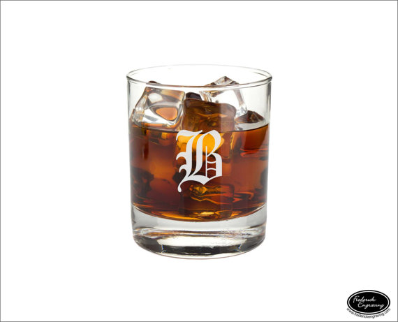Свадьба - Custom Whiskey Glass, SHIPS FAST, Personalized Rocks Glass, Etched Scotch Glass, Engraved Bourbon Glass, Groomsmen Glasses, Any Quantity