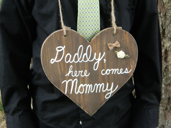 Mariage - Daddy Here Comes Mommy Sign - Wood Heart Wedding Sign - Flower Girl Ring Bearer Sign - Photo Prop - Photography Props - Rustic Wedding Decor