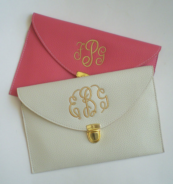 Свадьба - Clutch Purse with Detachable Chain Monogrammed Wedding Party Gifts