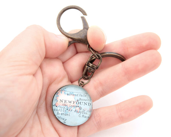 Свадьба - Custom Map Keychain You Select Location Personalized Accessory Any Place on the World Custom Vintage Map Groomsmen Gifts for Men