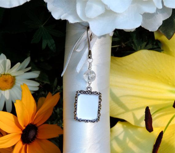 Свадьба - Wedding bouquet memory charm. Brides photo charm with crackled quartz. Bridal keepsake - diy picture charm.