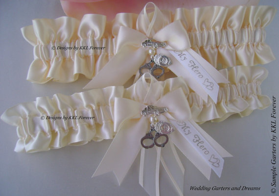 Mariage - Police or Sheriff Wedding Garters Handcuff Charms Police Badge Charms Ivory Garters