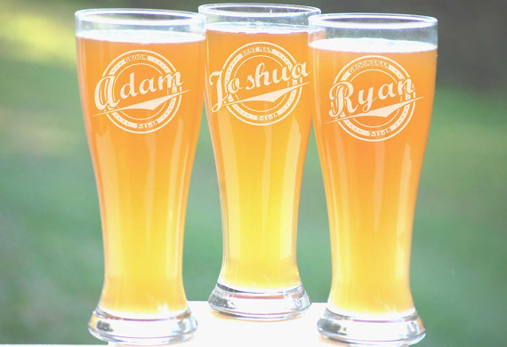 Mariage - 9 Groomsmen Pilsner Glasses, Personalized Beer Glass, Engraved Glasses, Beer Mug, Wedding Party Gifts, Gifts for Groomsmen, 16oz Glasses
