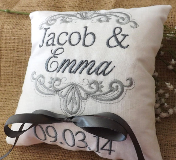 Mariage - Ring Bearer Pillow, Mr & Mrs. Ring Pillow, wedding pillow, embroidery, monogram, custom. personalized, ring bearer pillows