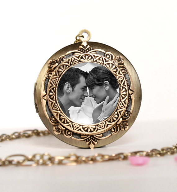 Mariage - Wedding Jewelry Bridal Necklace Bridesmaid Gift Women's Locket Necklace Gift For Mom Gift For Her Brass Photo Locket Picture Locket