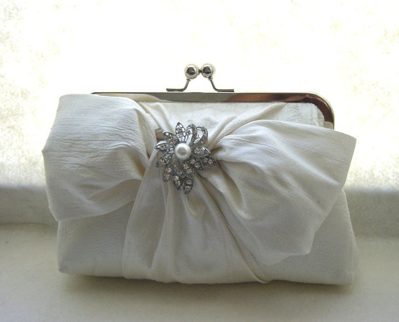 زفاف - Ivory Bridal Clutch / Ivory Wedding Purse with Pearl-Crystal Brooch / Bridemaids Gift - Chloe