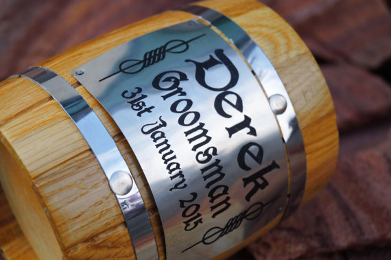 Свадьба - Personalized Wooden Beer mug with a personalized stainless steel plate,Natural wood-Stainless steel inside-Groomsmen, Dad, Groom gift