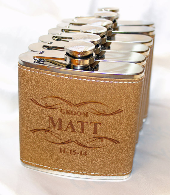 Свадьба - 5 Groomsmen gift,  groomsmen leather flask,  engraved flask,  gift for him,  personalized groomsmen gift,  groomsman gift - Qty 1