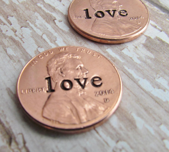 Свадьба - Penny In Her Shoe Set of 2 Wedding Day Lucky Penny Pennies Charm Bride Groom No Hole Any Year 1950 to 2015 WEDDING BRIDAL SHOWER Gift