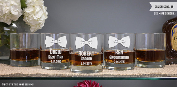 Свадьба - Personalized Whiskey Glass - (ONE) Custom Engraved DOF Glass 11 oz - Personalized Groomsmen Gift - Wedding Gift - Cocktail Glass