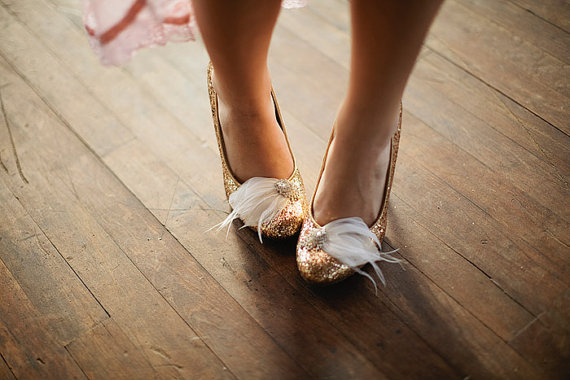 Mariage - Feather and Rhinestone bridal shoe clips in natural white