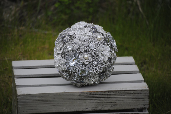 Mariage - Ready to Ship Custom Brooch Bouquet with option to add one accent color