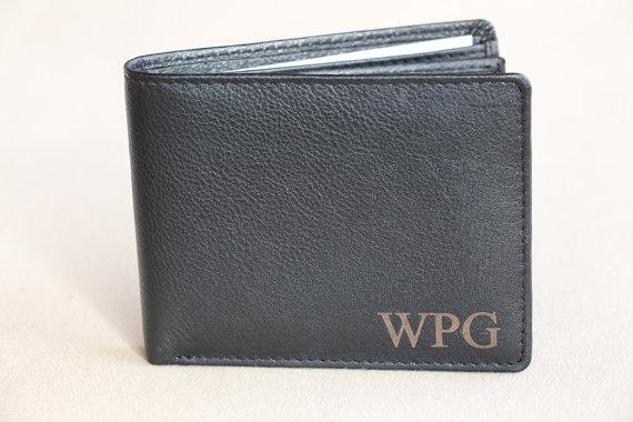 Свадьба - Monogrammed Bi-Fold Men's Genuine Leather Wallet, Man Engraved Wallet, Groomsmen Gift, Personalized Wallet, Gift for Men, Custom Man Wallet