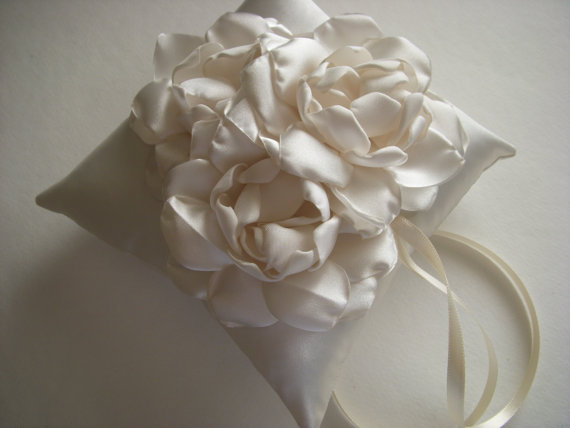 Mariage - Three Flower Ring Bearer Pillow in Cream
