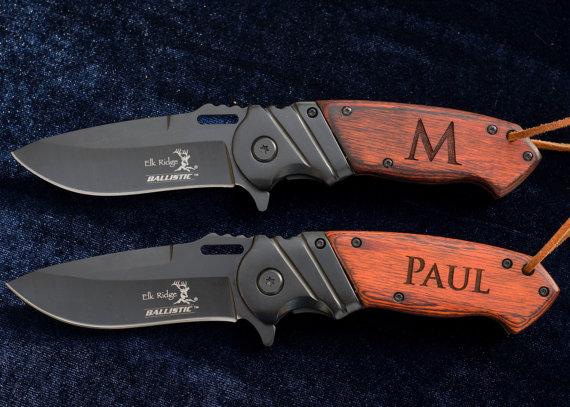 Свадьба - Personalized Knife - Great Groomsmen Gift - Custom Engraved Wood And Black Stainless Steel