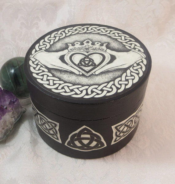 Mariage - Celtic Claddagh Round Box / Wedding Handfasting Ring Bearer Box / Wicca Pagan Medieval Jewelry Box / Engagement Ring Box / Crystal Storage