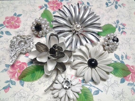 Mariage - destash craft lot enamel flower vintage jewelry costume brooch pin earring crystal deisy wedding bouquet project