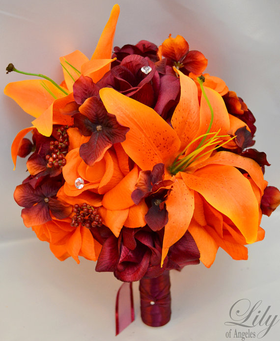 "Свадьба - 17 Piece Package Wedding Bridal Bride Maid Of Honor Bridesmaid Bouquet Boutonniere Corsage Silk Flower BURGUNDY ORANGE ""Lily Of Angeles"""