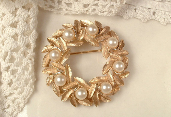 Mariage - Vintage Rose Gold Pearl Sash Brooch or Bridal Hair Comb, Trifari Small Round Brushed Gold Leaves Pin or Leaf Hair Accessory, Rustic Wedding