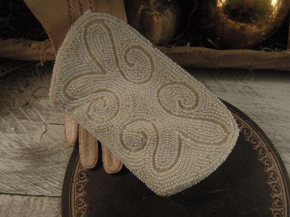 Свадьба - Vintage White Seed Bead Handbag Purse / Wedding Purse / Holiday Handbag / Beaded Clutch