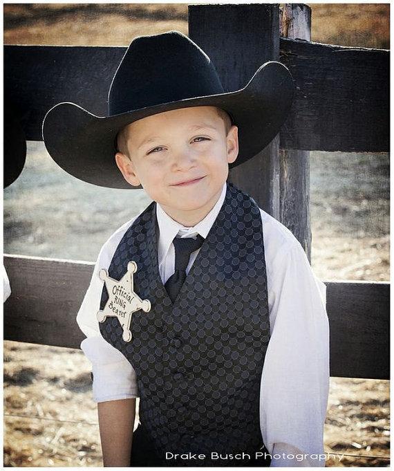 زفاف - Ring Bearer Gift Official Wood Badge of Honor Rustic Chic Wedding Gift Pin for the Little Guy
