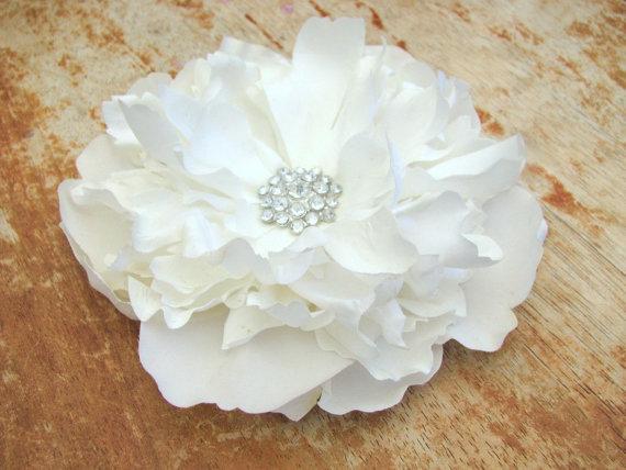 Свадьба - White Bridal Peony Flower Fascinator Hair Clip Wedding Brooch Pin Bride Hair Comb Rhinestone Crystals Floral Headband Silk Flower Barrette