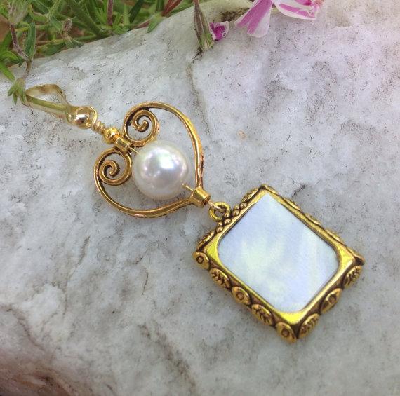 زفاف - Wedding bouquet photo charm in gold tones with heart and pearl.