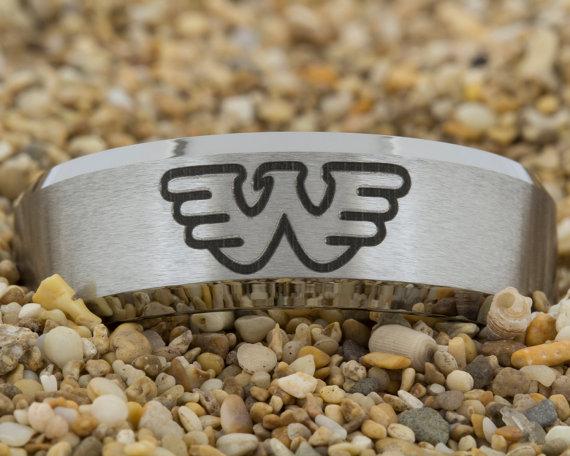 Свадьба - 8mm Beveled-Tungsten Wonder Woman, Tungsten Band, Men's Tungsten Ring, Tungsten Carbide Wedding Band, Tungsten Ring, Jewelry, Ring, Tungsten